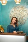 Belle femme à la réception au centre de yoga et de bien-être images libres de droits