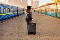 Belle femme à la station de train Photos stock
