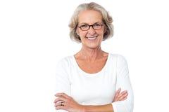 Belle femme âgée avec les bras croisés Photo stock