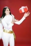 Belle femme élégante attrapant un cadeau de Noël Image libre de droits