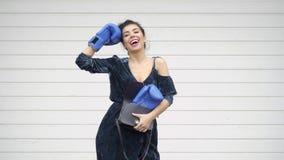 Belle femme élégante avec des gants de boxeur au fond blanc de mur de garage clips vidéos