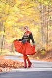 Belle femme élégante dans la forêt d'automne Images libres de droits