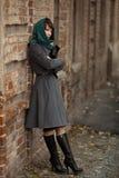 Belle femme élégante dans le manteau gris dehors Images stock