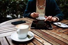 Belle femme élégante dans un costume se reposant sur la terrasse du bureau et café potable dans votre pause de midi Photos libres de droits