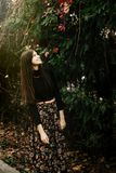Belle femme élégante de brune marchant et souriant en automne c Images libres de droits