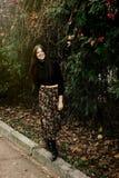 Belle femme élégante de brune marchant et souriant en automne c Photographie stock
