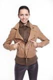 Belle femme élégante de sourire dans la jupe brune Photos libres de droits
