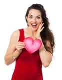 Belle femme étonnée tenant un coeur d'amour Photo stock