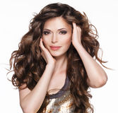 Belle femme adulte avec de longs cheveux bouclés bruns images stock