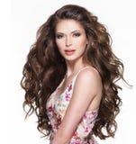 Belle femme adulte avec de longs cheveux bouclés bruns. Image libre de droits