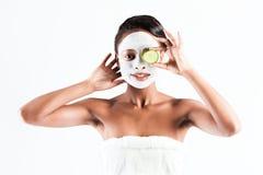 Belle femme africaine dans le studio avec le masque facial image stock