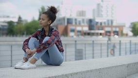 Belle femme africaine de sourire à l'arrière-plan urbain banque de vidéos