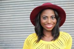 Belle femme africaine de sourire de jeune hanche de portrait - image courante image libre de droits