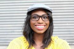 Belle femme africaine de sourire de jeune hanche de portrait - image courante images libres de droits