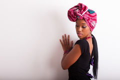 Belle femme africaine portant un foulard traditionnel Photos stock