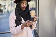 Belle femme afro-américaine émotive recherchant les endroits intéressants en ville Image libre de droits