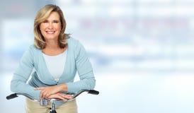 Belle femme agée avec la bicyclette Image stock