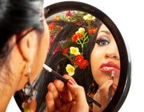 Belle femme appliquant le rouge à lievres images stock