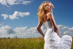 Belle femme appréciant dehors la nature dans la robe à l'hydromel d'été image libre de droits