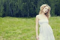 Belle femme appréciant dehors la nature dans la robe à l'hydromel d'été photo stock