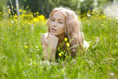 Belle femme appréciant dehors la nature dans la robe à l'hydromel d'été photo libre de droits