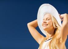 Belle femme appréciant l'été dehors Images stock