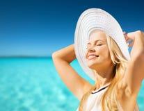 Belle femme appréciant l'été dehors Image libre de droits