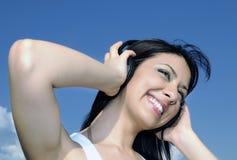 Belle femme appréciant la musique Photos libres de droits
