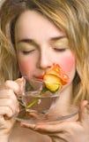 Belle femme appréciant le rose et l'eau photos libres de droits