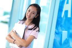 Belle femme asiatique à l'aide de l'ordinateur portable images stock
