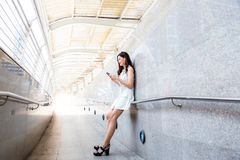 Belle femme asiatique avec du charme La belle fille attirante est lis photo stock