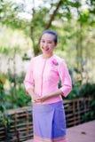 Belle femme asiatique avec l'expression bienvenue Photographie stock libre de droits