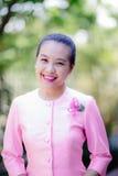 Belle femme asiatique avec l'expression bienvenue Photo libre de droits