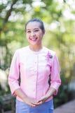 Belle femme asiatique avec l'expression bienvenue Photo stock