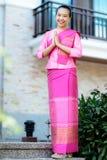 Belle femme asiatique avec l'expression bienvenue Photos libres de droits