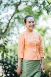 Belle femme asiatique avec l'expression bienvenue Image libre de droits