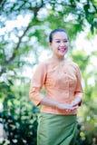 Belle femme asiatique avec l'expression bienvenue Images libres de droits