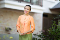 Belle femme asiatique avec l'expression bienvenue Image stock