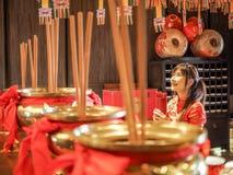 Belle femme asiatique avec l'habillement de tradition tenant le cylindre en bambou des bâtons de Chi de Chi ou du Chien Tung, Cou images stock