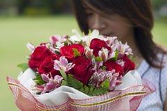 Belle femme asiatique avec le bouquet de fleur Photos stock