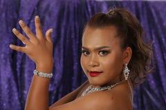 Belle femme asiatique avec le collier de boucles d'oreille de diamant pour Christm Image stock