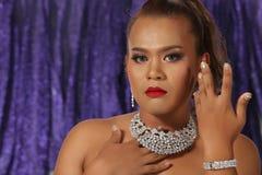 Belle femme asiatique avec le collier de boucles d'oreille de diamant pour Christm Photo stock