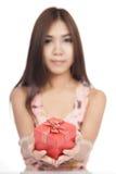 Belle femme asiatique avec le foyer rouge de boîte-cadeau sur la boîte Images libres de droits