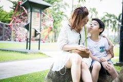 Belle femme asiatique avec votre fils Photographie stock libre de droits