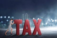 Belle femme asiatique d'affaires éloignant le texte d'impôts Photos stock