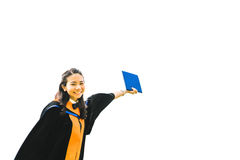 Belle femme asiatique d'étudiant de troisième cycle d'université ou d'université soulevant son certificat, éducation ou concept d Photos stock