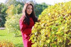 Belle femme asiatique dans le manteau rouge Images stock