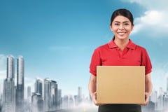 Belle femme asiatique de la livraison livrant le colis photos stock