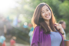 Belle femme asiatique souriant brillamment à l'appareil-photo Photo stock