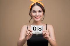 Belle femme asiatique tenant le jour de femmes de calendrier du 8 mars Photos stock